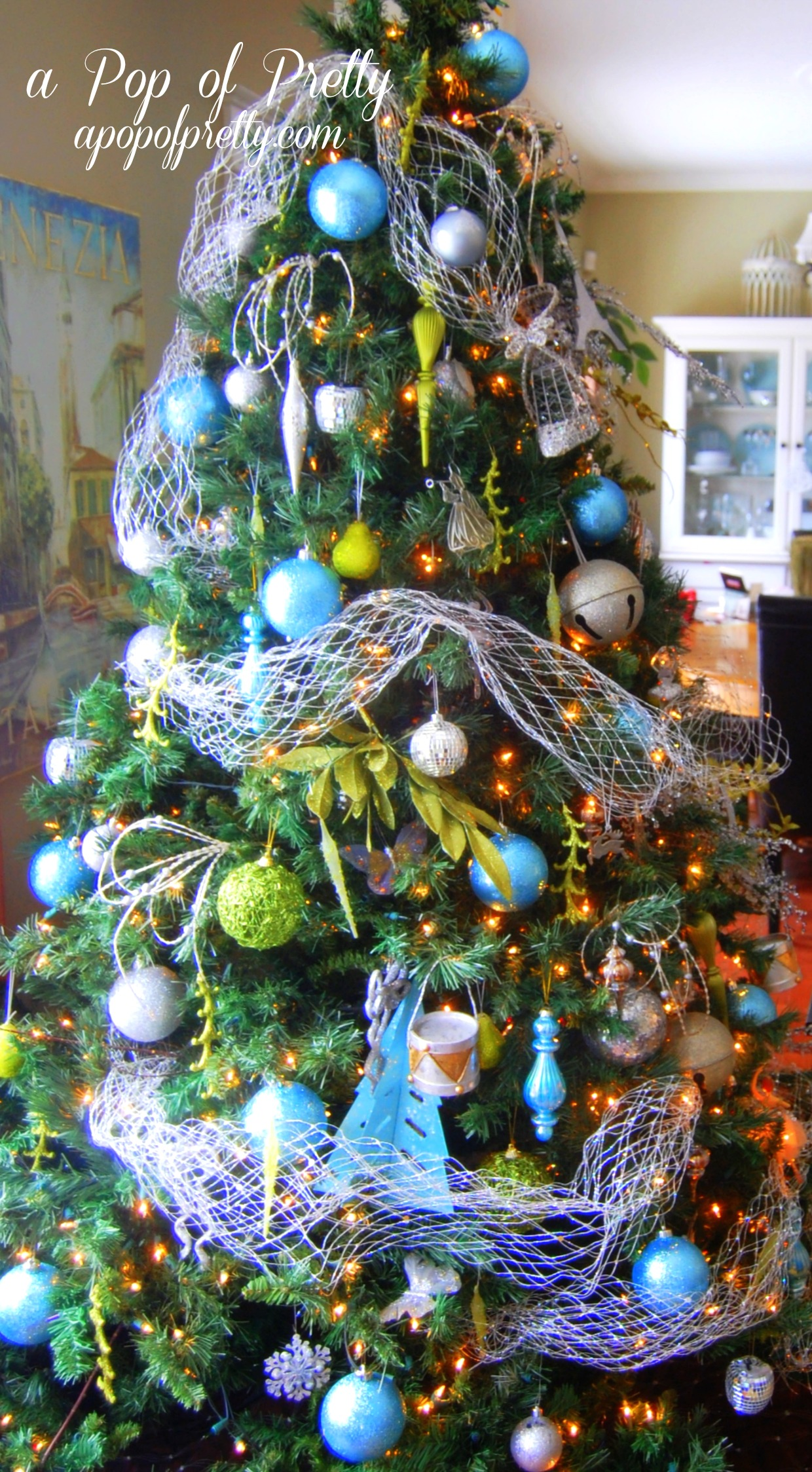 Turquoise christmas tree decorations a pop of pretty for Home decorations canada